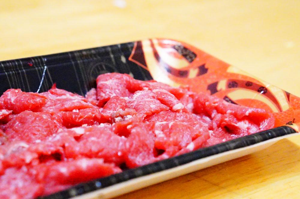 猫に生肉を食べさせても大丈夫なのか?
