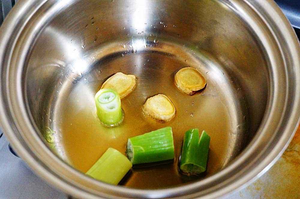 ①ごま油にネギと生姜を入れ香りを出す