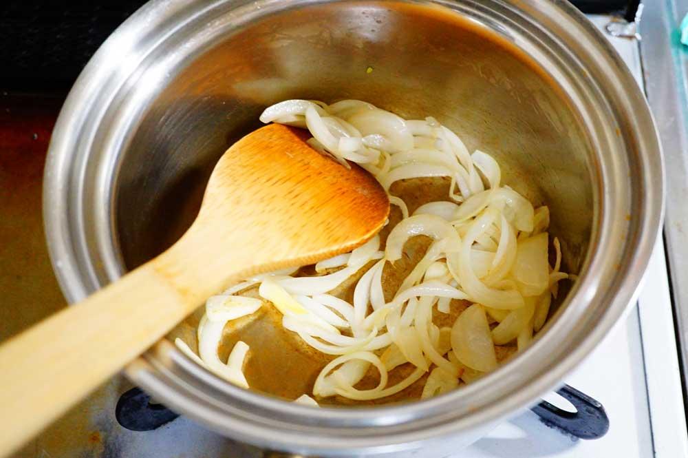 バターで玉ねぎとニンニクを炒める
