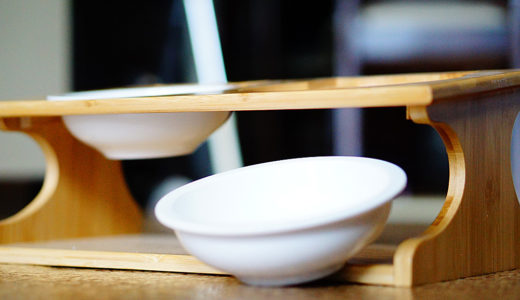 猫の食器スタンドを購入!お洒落な木製でレンジ対応のお皿が良い感じ!