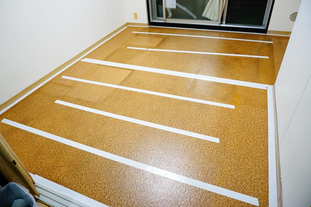 クッションフロア 床を掃除し両面テープを張る