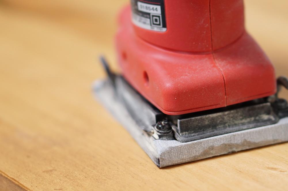 木材の表面を紙やすりで磨く