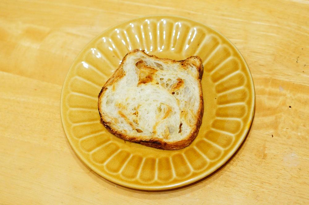 東京ねこねこ食パン【キャラメルアーモンド味】302円
